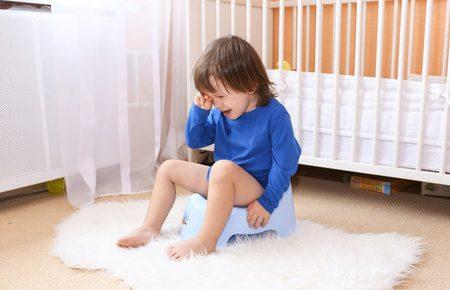 bambino su Wc che piange stipsi